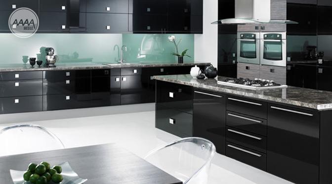 Czarna komoda w kuchni w roli wyspy